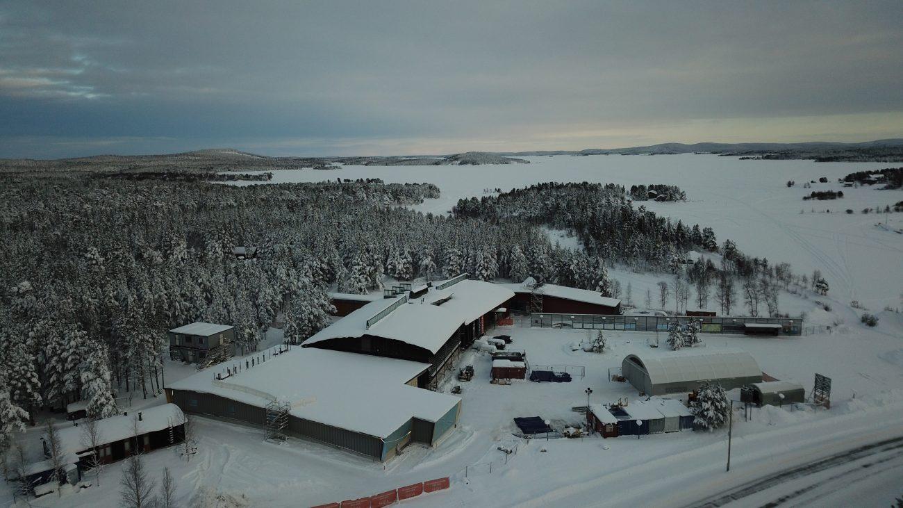 Siida laajennuksineen ilmasta kuvattuna ja taustalla Inarijärvi
