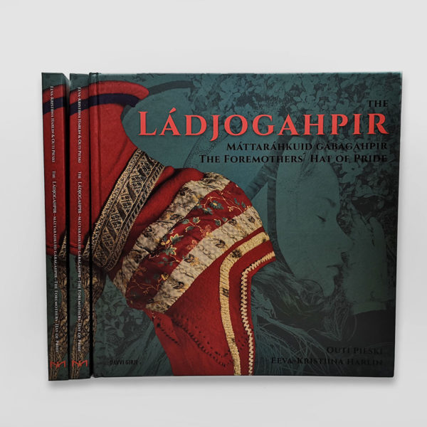 Ládjogahpir kirjan kansi, jossa sarvilakki