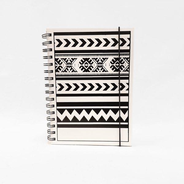 Valkoinen vihko, jonka kannessa Tiuhta Design