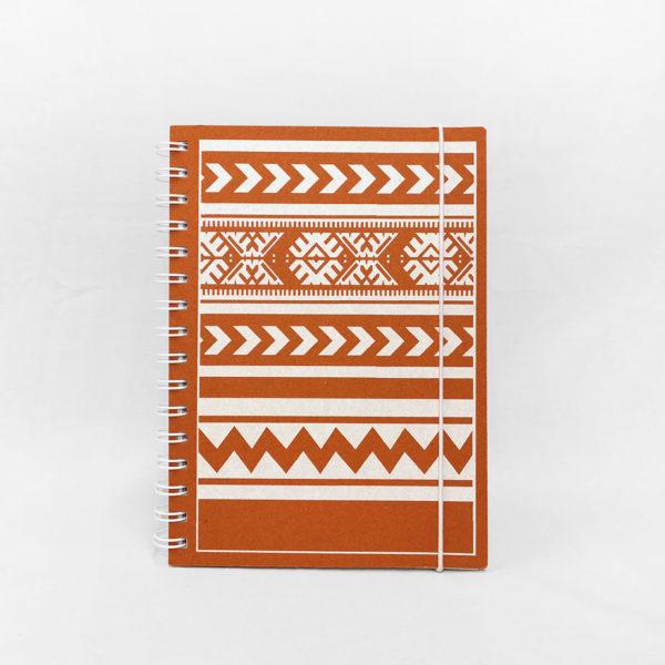 Oranssi vihko, jonka kannessa Tiuhta design