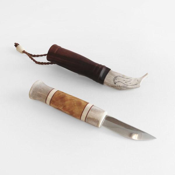 Visakoivu-sarvi kahvainen puukko ja nahka-sarvi tuppi jossa riekko kaiverrus