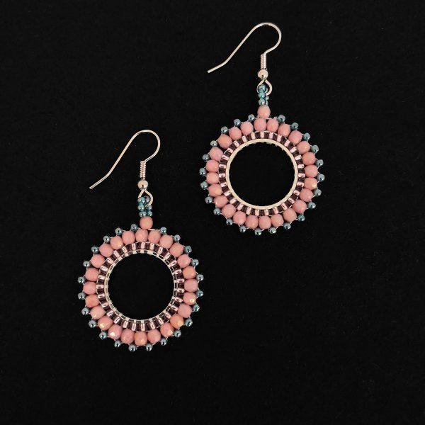 Vaaleanpunaiset pienet lasihelmikorvakorut