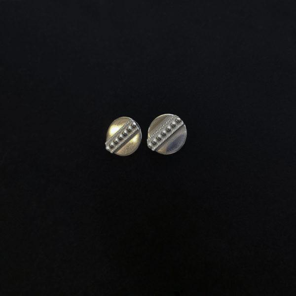 Pienet pyöreä hopeiset nappikorvakorut, joissa on keskellä koristeraita